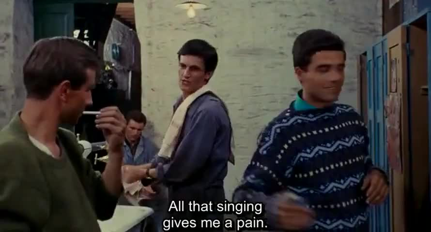 -Tous ces gens qui chantent, moi, tu comprends, ça me fait mal.